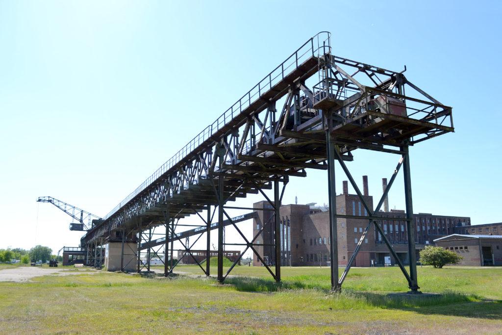 coal conveyor with crane